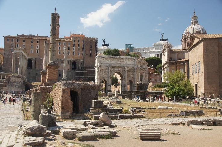 Rechts am Bildrand die Curia Iulia, in der Mitte der Konstantinbogen.