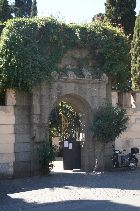 Eingang zum Friedhof