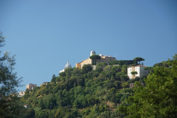 Das ist der Palast in Castel Ganolfo vom See aus gesehen