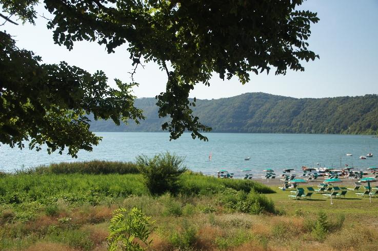 Der Albaner See, der zum Gemeindegebiet gehört, liegt auf dem Kratergrund, 130 m unterhalb der Stadt. Entlang des Ufers liegen Ausflugslokale und Strandbäder.