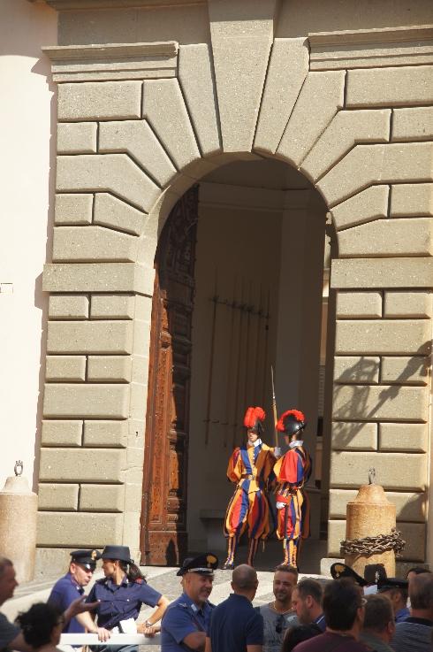 Die Schweizergarde ist auch hier wieder für den Einlass zuständig, wobei die Hauptarbeit die italienische Polizei machte.