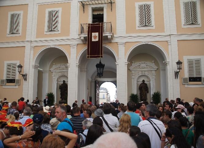 Im Innenhof, keine 10 Meter vom Balkon entfernt. Das hätten wir in Rom auf dem Petersplatz so nie gehabt.