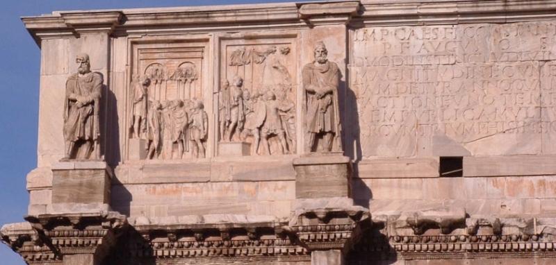 Die Reliefs neben der Weiheinschrift hatten ursprünglich einmal der Würdigung Marc Aurels gedient. Sie stammen von einem im Jahr 176 für den Kaiser Marc Aurel errichteten Triumphbogen.