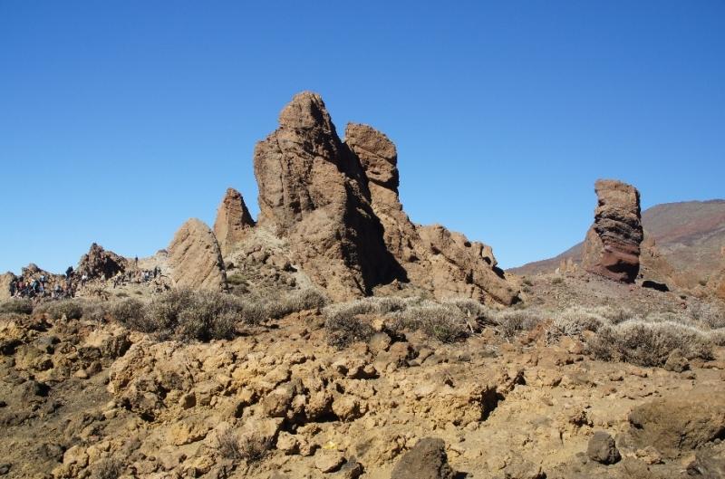"""Die Formation links heißt """"Los Roque de Garcia"""", der kleine Stein rechts ist der """"El roque Chinchado, also """"Finger Gottes""""."""