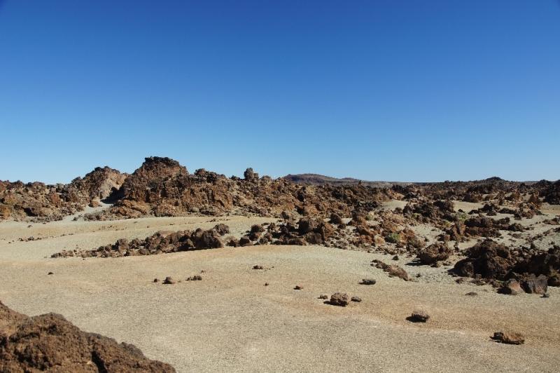 Der Kraterboden ist teilweise mit Schlacke, hellem Bimsstein und anderem verschieden farbigen Gestein bedeckt.