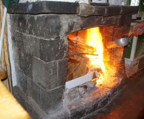 Für uns wurde extra ein Feuer entfacht, um die Kartoffeln zu garen, damit die Salzkruste hinterher um die Kartoffel hat war.