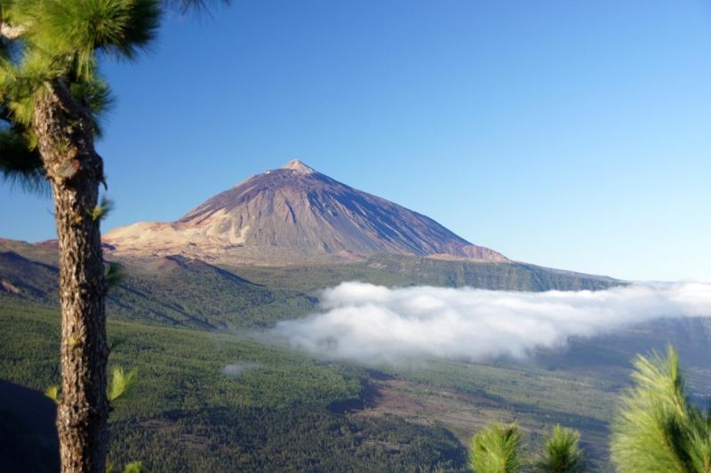 Blick oberhalb der Wolken auf den Teide