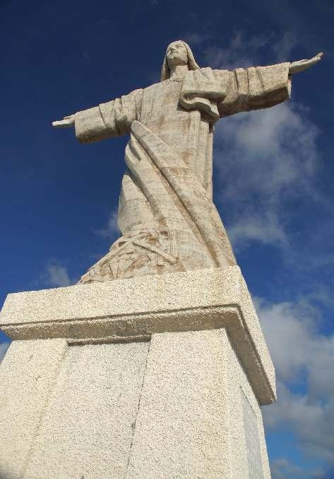 Die Statue wurde 1927 erbaut und am 30. Oktober 1927 eingeweiht. Finanziert wurde sie von ddem Anwalt Aires de Ornelas und seienr Frau, erschaffen hat sie der französische Künstler Serraz Georges
