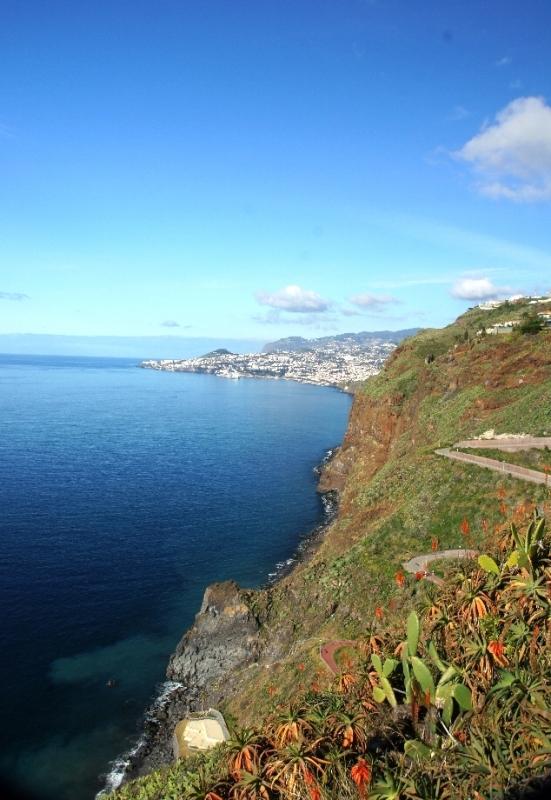 Das Meer hatte an diesem Tag ein ganz besonderes Blau. Im Hintergrund, das müsste Funchal sein.