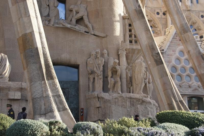 Schräge Säulen, die wie Knochen aussehen, stützen das Portaldach