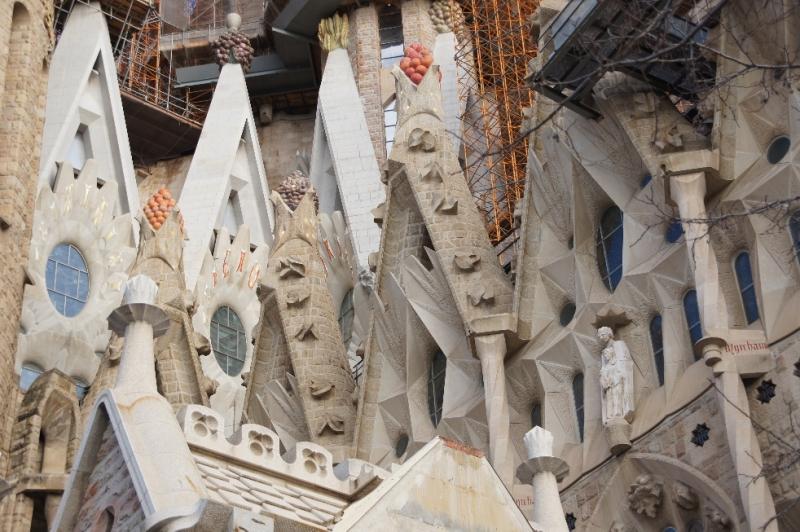 Viele Türme enden wie ein Fruchtkorb. Ich habe irgendwo gelesen, dass Gaudie sie so gestaltete, weil die Sagrada Familia bei Baubeginn außerhalb der Stadt, inmitten von Äckern und Wiesen gebaut wurde. Er sollte, dass sich die Kirche in die Landschaft einpasste.