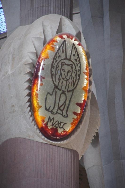 Die Säulen der Vierung sind mit Symbolen der vier Evangelisten geschmückt, hier zum Beispiel Markus