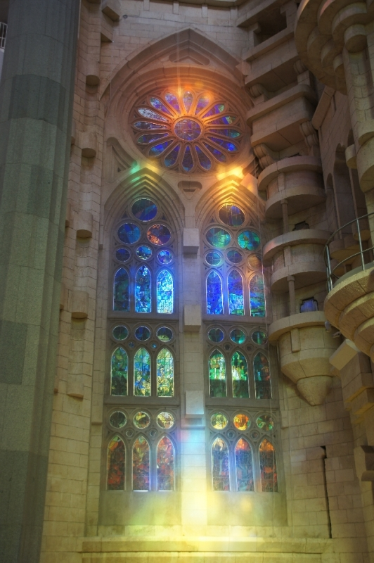 Beeindruckend, wenn das Tageslicht durch die bunten Glasfenster leuchtet.