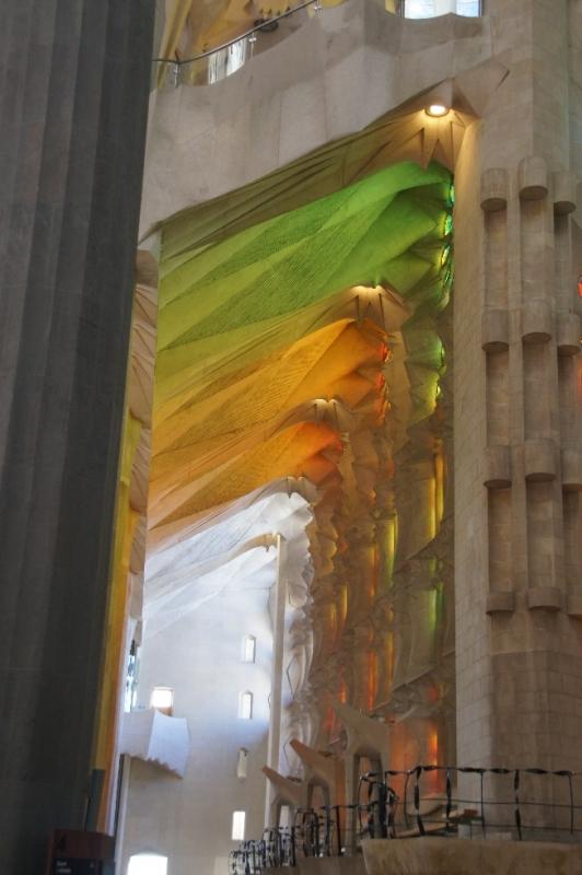 Auf diesem Bild glaubt man bunte wehende Tücher zu sehen. Es ist aber alles Stein, der das bunte Licht der einfallenden Sonne auffängt. Spätestens hier merkt man, dass Gaudi genial gebaut hat und sein Lichtkonzept voll aufgeht.