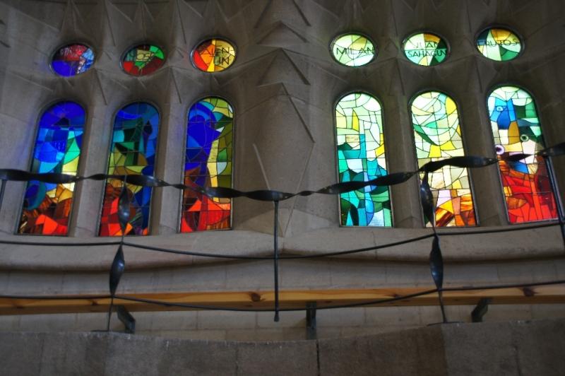 In der Kirche wird man förmlich erschlagen von Licht und Farbe. Man würde nicht vermuten, dass es innen so hell und farbenfroh ist. Die meisten Glasfenster sind mit Namen anderer Kirchen und Orte versehen.