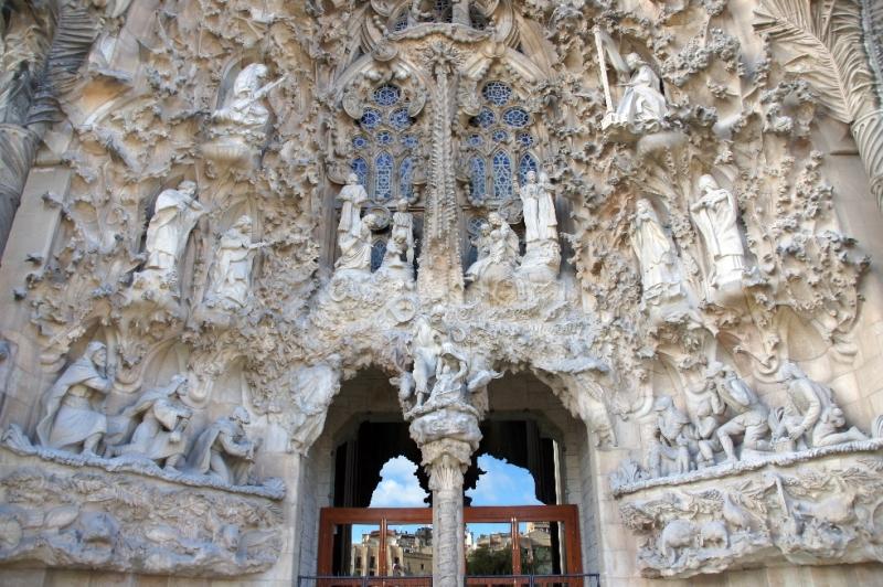 Mittig über dem mittleren Portal der Barmherzigkeit sieht man die Krippe mit dem Jesuskind, Maria und Joseph und Ochs und Esel. Unten links, die heiligen drei Könige, die das Kind in der Krippe anbeten und unten rechts die Hirten mit den Schafen.