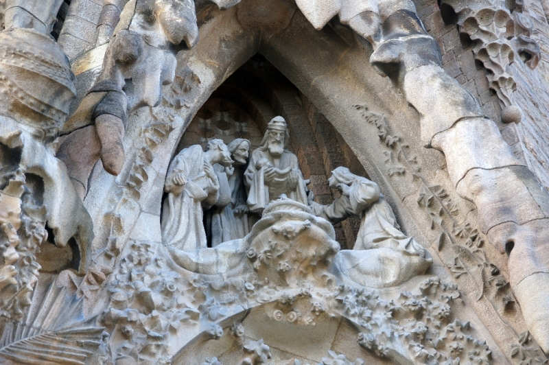 Übrigens: Um die Gesichter möglichst echt zu gestalten verwendete Gaudi bei den Figuren Gesichtsabdrücke der Arbeiter, die an der Sagrada Familia arbeiteten, sowie Totenmasken Verstorbener
