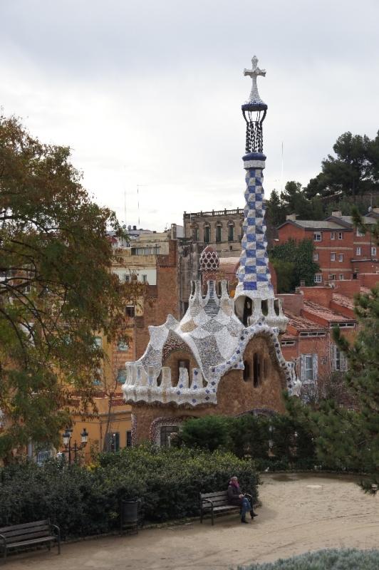 Eingangspavillion, in dem sich ein kleiner Laden befindet. Auf dem Turm ist das Doppelkreuz Gaudis.