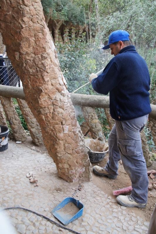 Hier wurden Ausbesserungsarbeiten vorgenommen. Die defekten Steine waren markiert, die neuen bereits vorbereitet. Nun mussten nur noch die alten Steine weggestemmt werden und ein Loch für die Verankerung der neuen Steine gebohrt werden.