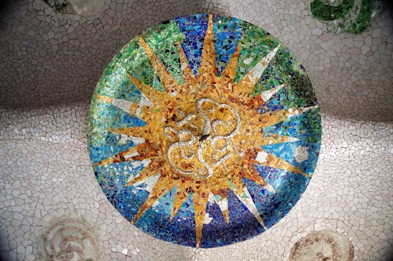 Mosaik: Diese für das Werk Gaudís so charakteristische Technik, auf die man auf Schritt und Tritt im Park stößt, ist als trencadís bekannt. Es werden dabei unregelmäßig geformte Kachelstücke und anderes für Abschlussarbeiten benutztes Material eingesetzt. Die verwendeten Teile stammen von absichtlich zerbrochenen Stücken oder von Resten aus anderen Bauwerken.