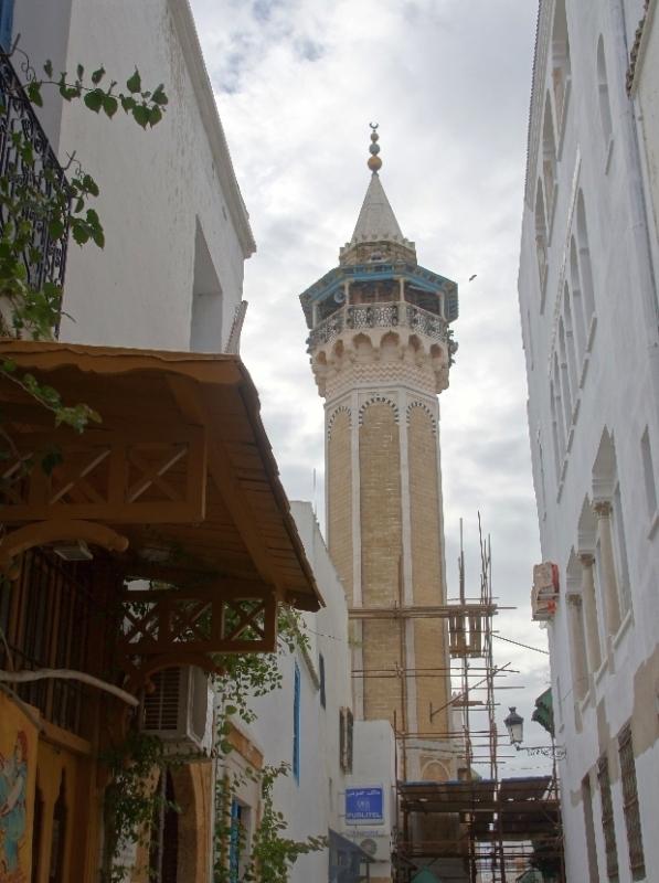 Im Bereich des Dar El Bey und des Hospitals Aziza Othmana liegt die Sidi Youssef Moschee. Wie die Hammouda Pacha Moschee hat auch die Sidi Youssef Moschee ein achteckiges geschmücktes Minarett. Zu Beginn des 17. Jahrhunderts wurden die Souks von Tunis unter der osmanischen Herrschaft erweitert. Nun wollten die neuen Machthaber, deren politische Position sich weitgehend stabilisiert hatte, eine eigene Moschee, nach dem hanafitischen Ritus haben. Der Bauherr war Youssef Dey (1610 - 1637), ein Sohn von Uthmann Dey (1598 - 1610). An der Errichtung der Sidi Youssef Moschee waren die besten Kunsthandwerker des Landes beteiligt.
