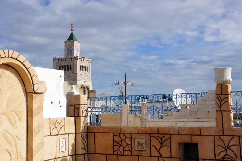 Ein sagenhafter Ausblick auf die Zitouna-Moschee. Dieses Bauwerk wurde laufend umgebaut und verschönert. Die Zitouna-Moschee ist das älteste Gebäude in Tunis. Man sagt, dass sie im 8. Jahrhundert entstanden ist. Einer mündlichen Überlieferung zufolge soll die Moschee schon früher erbaut worden sein: nach der Stadteroberung durch die Araber im 7. Jahrhundert. Auch die Namensgebung der Moschee ist umstritten. Evt. verdankt sie ihren Namen einem Ölbaum, der jahrhundertelang im Innenhof des Bauwerks stand.