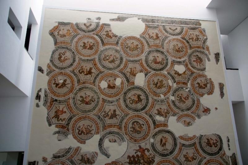 """Mosaik direkt im Eingangsbereich, dort bekam man auch """"Schuhüberzieher"""", um nichts zu beschädigen."""