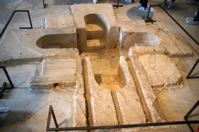Frühchristliches Taufbecken [3. Jhd.) Anders als in Europa konnte der Täufling dort vollständig eintauchen.