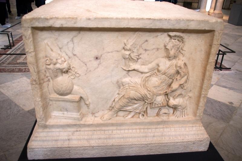 Die Herrschaft der Römer und Byzantiner spiegelt sich außer in den Mosaiken auch in Marmorstatuen und reliefierten Sarkophagen wider.