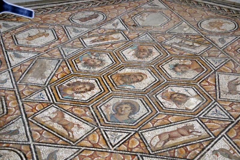Dieses Mosaik habe ich leider nur mit der Mitte aufs Bild gebracht. Es soll wohl die Gottheiten der sieben Tage der Woche und die Zeichen des Tierkreises darstellen. (Frühes 3. Jhd.)