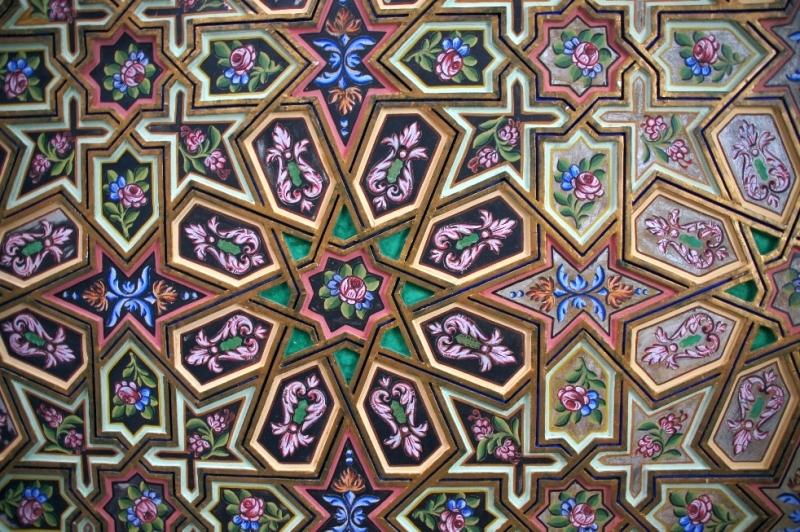 Die Decken der Ausstellungssäle sind mit kunstvollen Intarsien aus Zedernholz verziert.