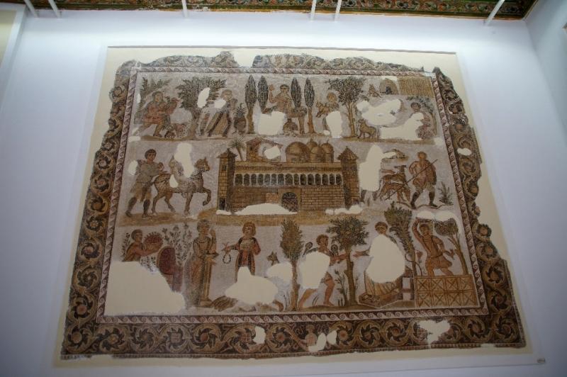 Dominus Julius Mosaik aus Karthago (spätes 4. Jhd. n. Chr.) Ein Einblick in die Gesellschaft und ihre Wirtschaft. Dominus Julius war ein reicher Gutsbesitzer, der in Karthago lebte. Das Mosaik zeigt seinen Landsitz. Er sitzt in der unteren rechten Ecke sitzen und erhält eine Nachricht. Seine Frau ist ihm gegenüber dargestellt. Sie bekommt von einem Diener eine Kette angereicht. Der große Hof wurde mit Türmen befestigt und hohen Mauern. Es werden Szenen gezeigt aus Landwirtschaft und Jagd. Das Ziel des Mosaiks ist wohl, Julius in all seinen Facetten zu zeigen, incl. der Kleidung seiner Diener.