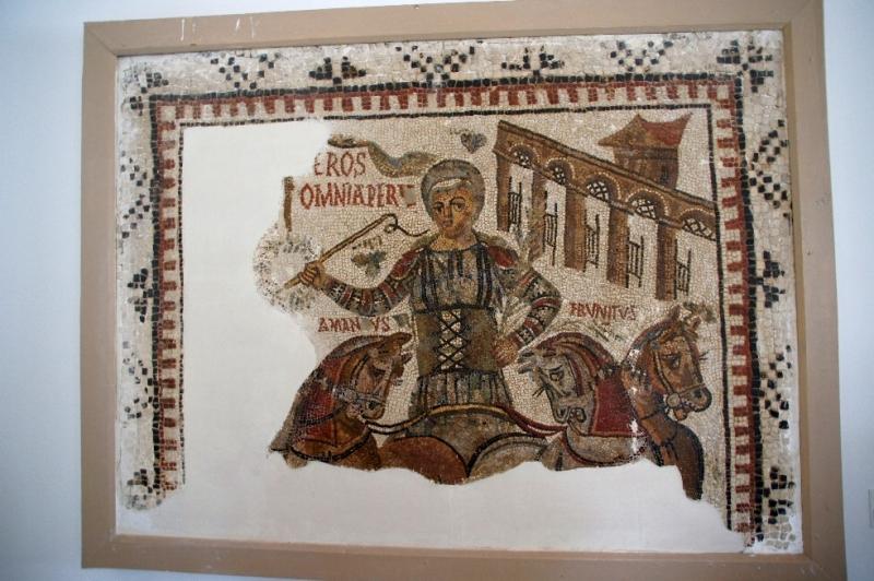 Mosaik des siegreichen Wagenlenkers Eros auf seiner Quadriga. Die mittleren Pferde hießen wohl Amandus und Frunitus.