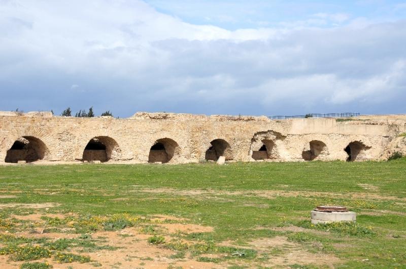 """Das Aquädukt (lat. aquaeductus """"Wasserleitung"""") ist ein Bauwerk zum Transport von Wasser. Das Aquädukt von Karthago versorgt die nordafrikanische Stadt Karthago mit Wasser. Von den Quellen am Djebel Zaghouan südlich der Kleinstadt Zaghouan gespeist, war es mit einer Gesamtlänge von 132 km eins der längsten Aquädukten der Römer."""