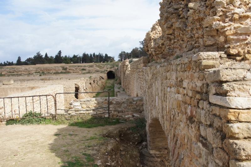 Da die Wasserversorgung wichtig für eine Stadt war, wurde das Aquädukt mehrfach von Gegnern zerstört, jedoch jedes Mal wieder in Stand gesetzt. Ab dem 16. Jahrhundert zerfiel das Aquädukt stark und wurde als Steinbruch verwendet.