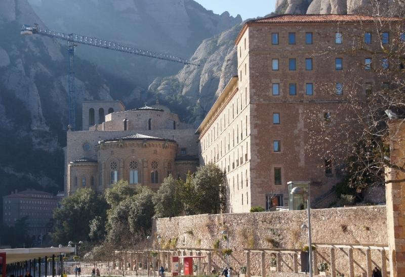 Das Kloster von Montserrat ist architektonisch keine besondere Sehenswürdigkeit und auch so wie es da steht gar nicht besonders alt. Grandios ist die Kulisse, in die die Gemäuer hinein gebaut wurden. Dieser Ort wurde am Anfang für Einsiedeleien gewählt, weil er weitab der Zivilisation, geeignet war, um Gott zu suchen. Das ist er heute aufgrund der vielen Touristen auf keinen Fall mehr.