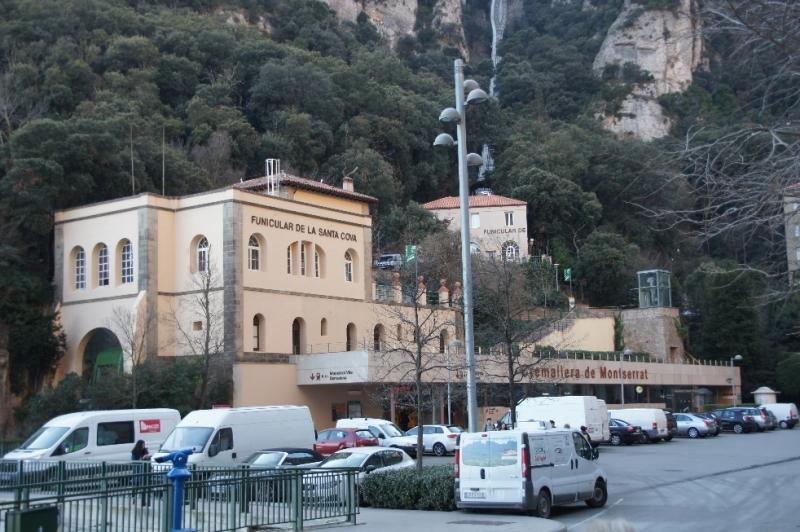 Funicular de la Santa Cova: Hier startet die Standseilbahn hinunter zu einem monumentalen Rosenkranz und zur Höhle Santa Cova