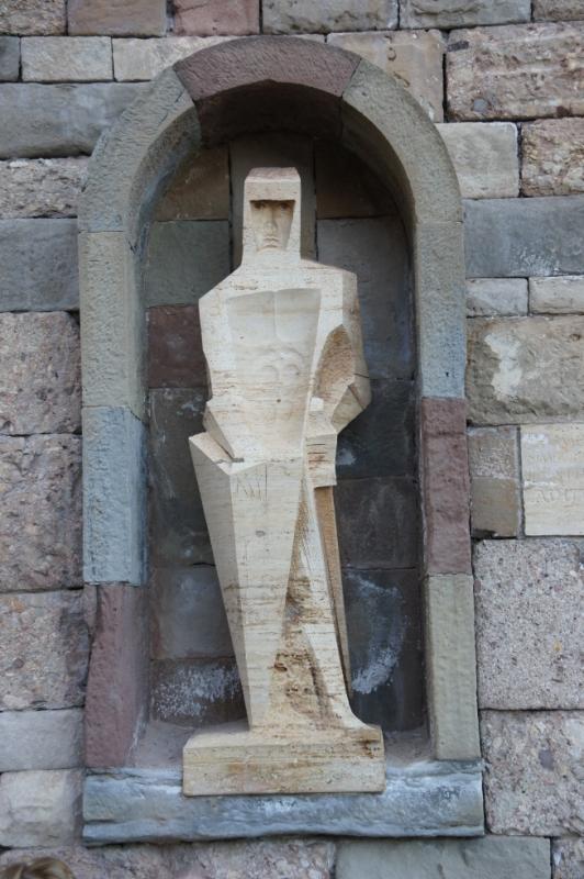 Ein Bildnis des Heiligen Georg von Josep M. Subirachs aus dem Jahre 1986. Erstaunlich war, dass egal von wo man schaute St. Georg einem immer direkt in die Augen sah. Erst kam mir die kantige Darstellung bekannt vor, später viel mir dann ein, dass viele ähnliche Figuren in Barcelona an der Sagrada Famila waren. Die sind tatsächlich vom selben Künstler.