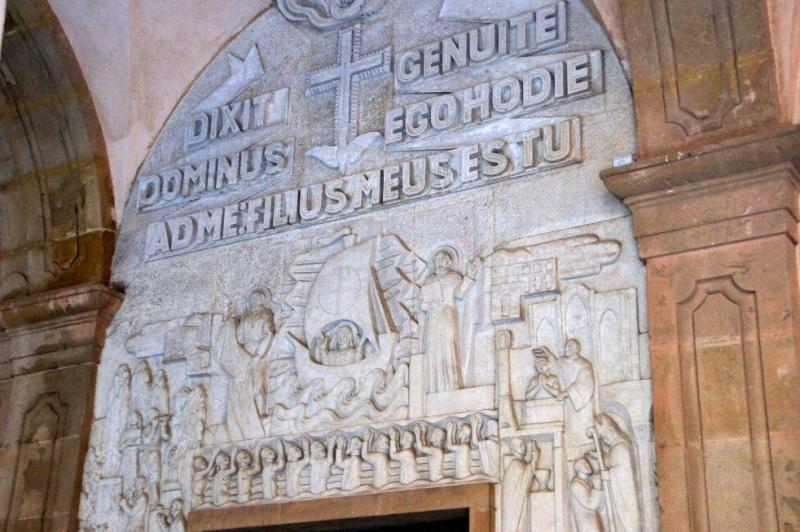 Ein Steinfries von 1960 zu sehen, das auf die Klostergründung durch den Abt Oliba im Jahr 1025 und die Legende der Madonnenfigur im Jahr 880 anspielt.