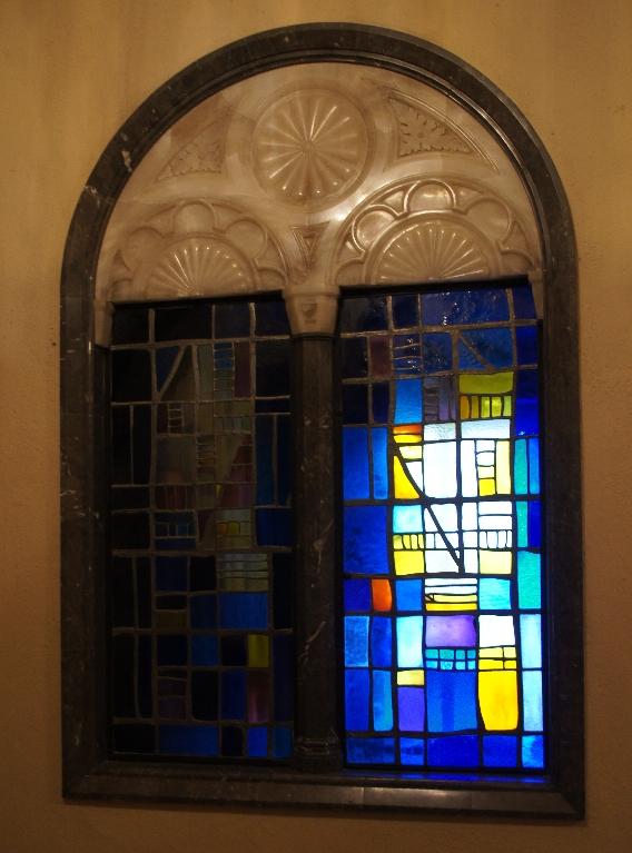 Fenster neben der Aufgangstreppe zur Madonna.