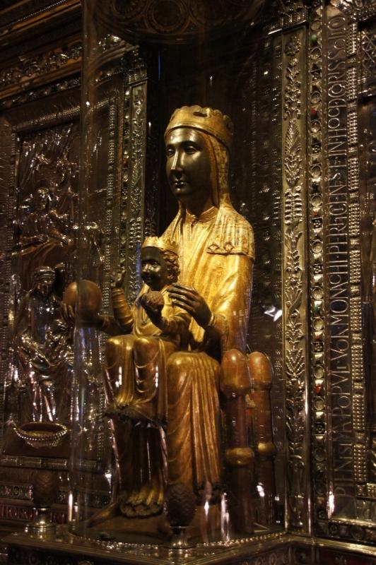 Hier nun die weltbekannte schwarze Madonna. Für viele Einheimische ist diese schwarze Madonna das eigentliche Ziel ihrer Wallfahrt nach Montserrat.