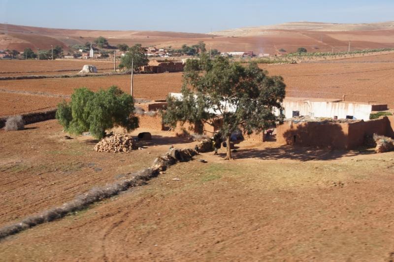 Die Busfahrt von Casablanca nach Marrakesch dauerte ungefähr 3 Stunden. Die Landschaften an denen wir vorbeifuhren, waren eher kärglich. Zwar sah man immer wieder kleine Flächen, auf denen etwas angebaut wurde. Doch kann man kaum glauben, dass dort jemand wirklich davon leben kann.