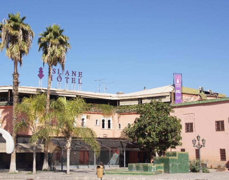 Dieses Hotel liegt gegenüber der Moschee, hier war der erste Foto-Stop des Busses seit Casablanca.