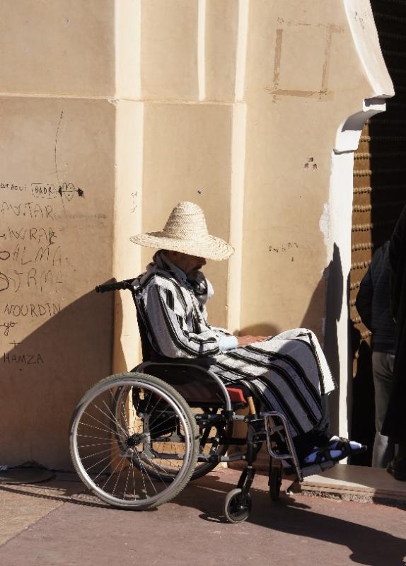 """Ein menschliches Bild im unheimlichen """"Gewusel"""" der Stadt."""