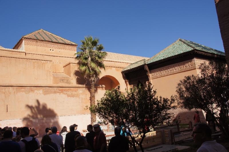 Die erste Stadtmauer von Marrakesch entstand bereits vor 1.000 Jahren. Sie hatte damals eine Länge von ca. zehn Kilometer. 1132 ließ Sultan Ali Ben Youssef diese Mauer erweitern und weite Strecken neu bauen.
