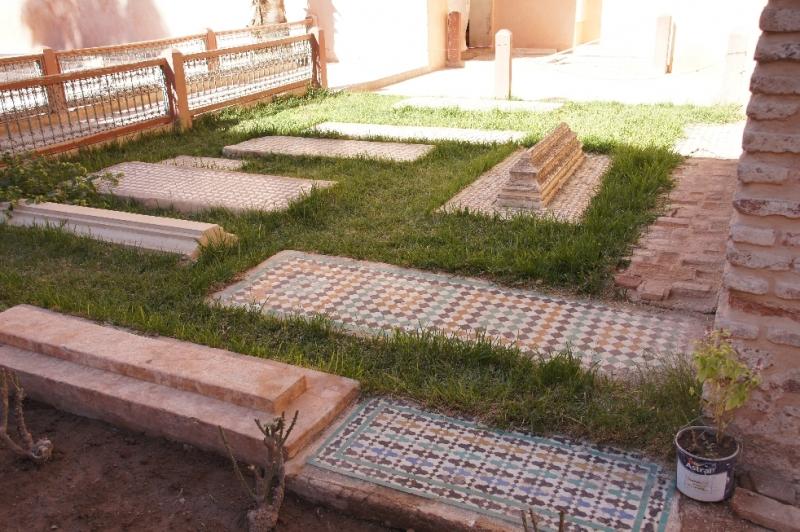 Die Gräber im Garten sind von Angehörigen und Arbeitern der Saadier Familie.