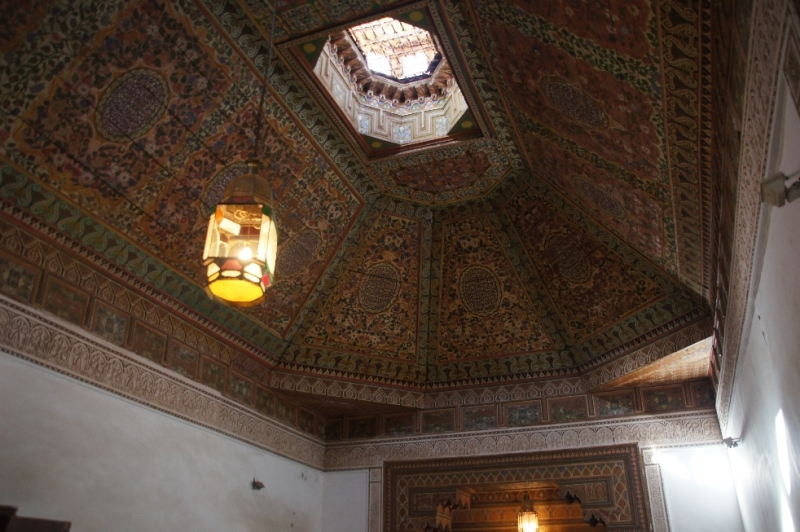 Zimmerdecken im maurischen Stil aus Zedernholz geschnitzt und mit kleinen Details verziert.