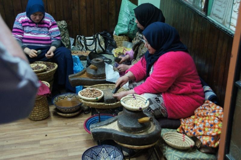 Frauen die aus Krokusse die Blütenstengel für Safran zupfen. Das war aber wahrscheinlich mehr Schau für die Touristen