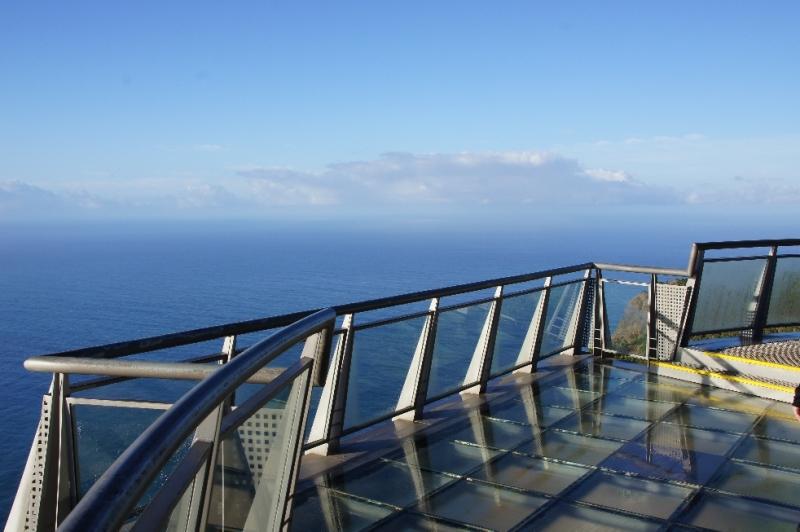Wer diese Aussichtsplattform betritt, der muss schwindelfrei sein − für diesen sagenhaften Blick hinaus auf den Atlantik und hinunter zur Küste muss man den Schritt zwischen Himmel und Erde wagen.