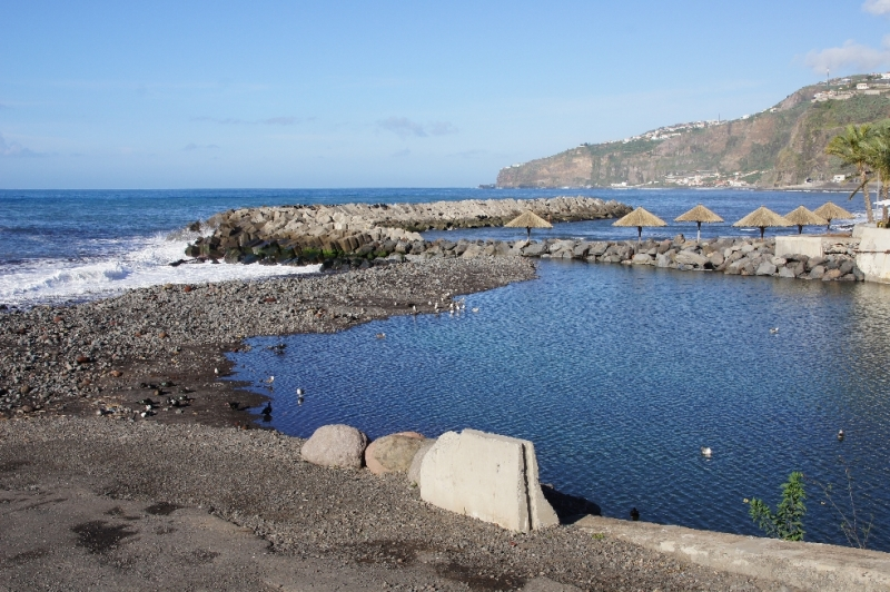 Ribeira Brava bedeutet wilder Fluss und genauso sieht es am Strand auch aus.